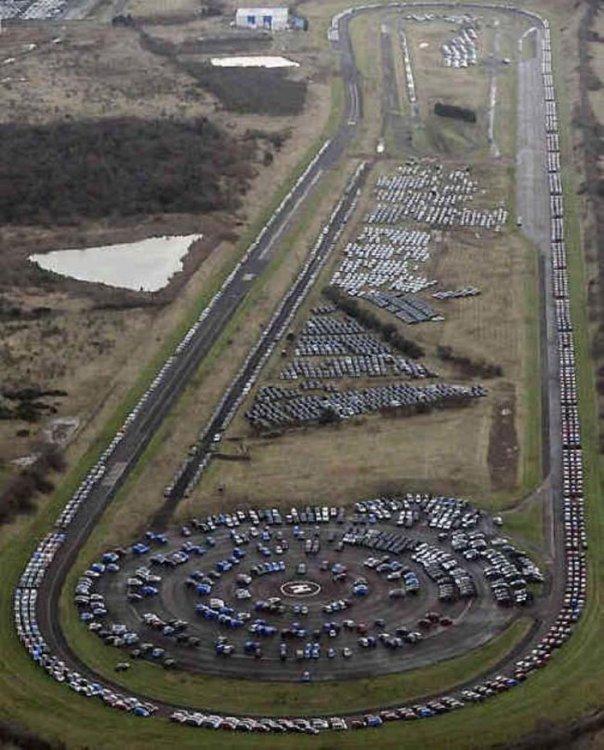 Гигантские кладбища непроданных автомобилей