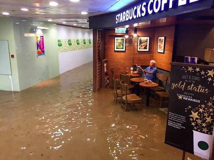 Серия мемов в честь мужчины в Старбаксе, оставшегося равнодушным к серьезному наводнению в Гонконге
