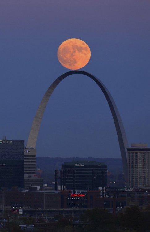 16 фото самой большой луны за 70 лет: зафиксированные аномальные размеры