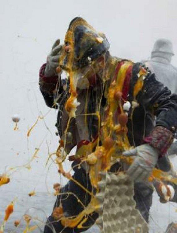 День самоуправления в Испании отпраздновали традиционным боем мукой и яйцами
