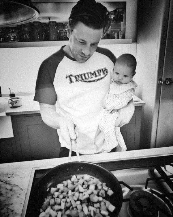 Женская мечта: звездные папы у плиты с детьми!