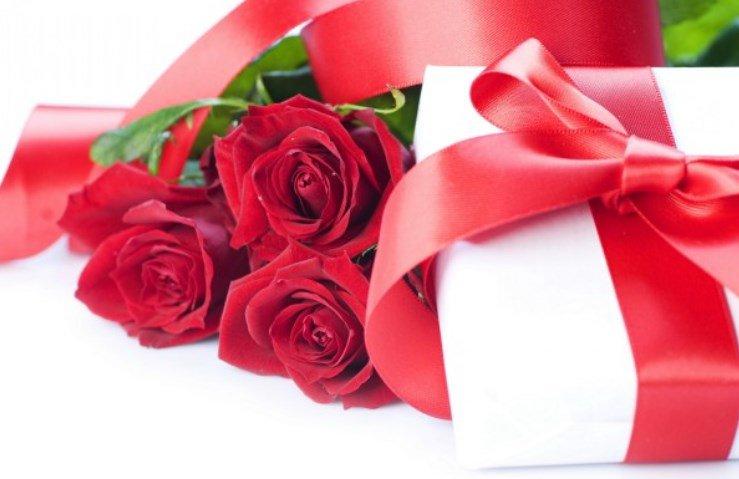 Цветы и подарки- красивый и удобный вариант поздравления