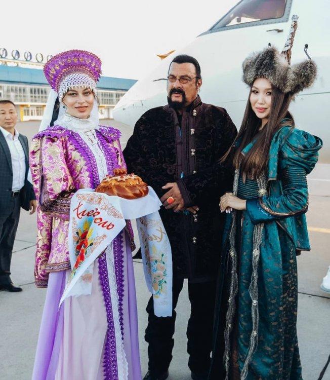 Стивен Сигал прилетел на Байкал почтить память предков